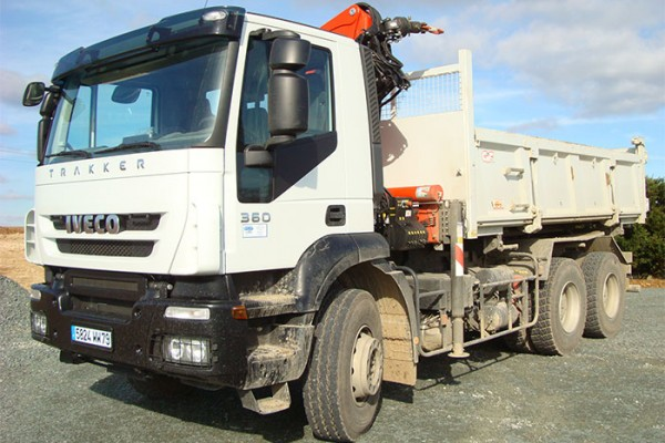 location-vehicule-poids-lourd-camion-6-4-bi-benne-grue-26T